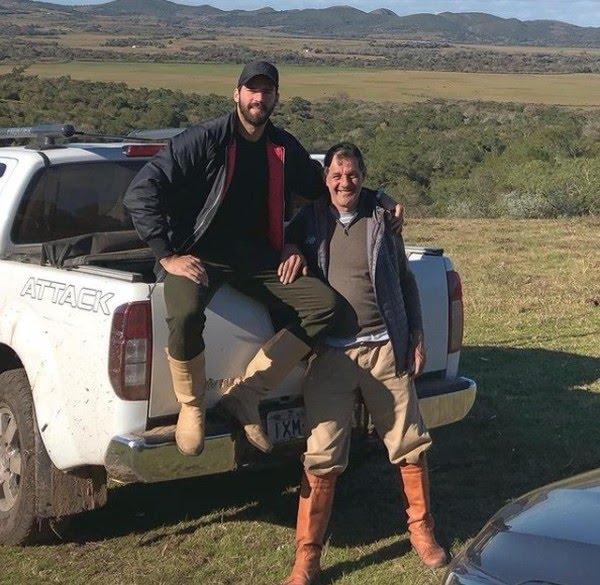 Goleiro Alisson com o pai José Agostinho. Jogador publicou a foto nas redes sociais em agosto de 2019 — Foto: Reprodução/Instagram @AlissonBecker