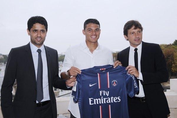 Thiago Silva é apresentado, em 2012, ao lado do presidente Nasser Al-Khelaifi e de Leonardo — Foto: Bertrand Guay/AFP