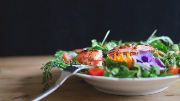 Óleo de algodão pode ser usado na preparação de alimentos, mas também pode ser usado na salada — Foto: Unplash/Divulgação