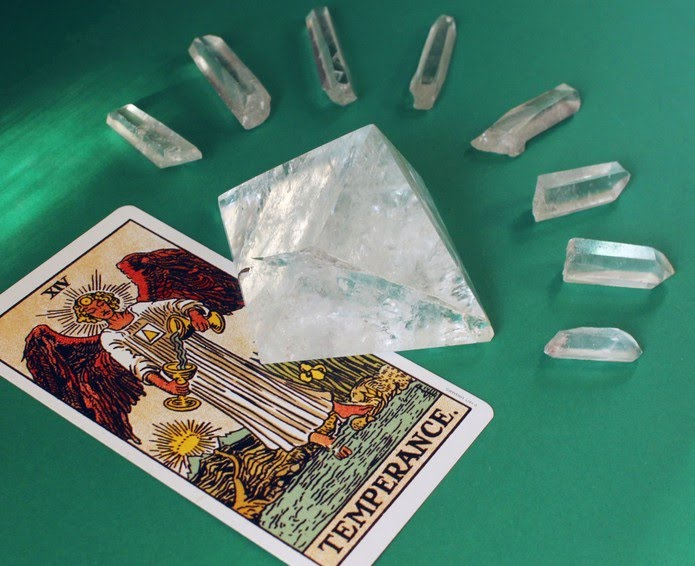 Cartas de tarô com cristais brancos, do terapeuta holístico Bernardo Morais (@moraisbernardo) — Foto: Bernardo Morais/Arquivo pessoal