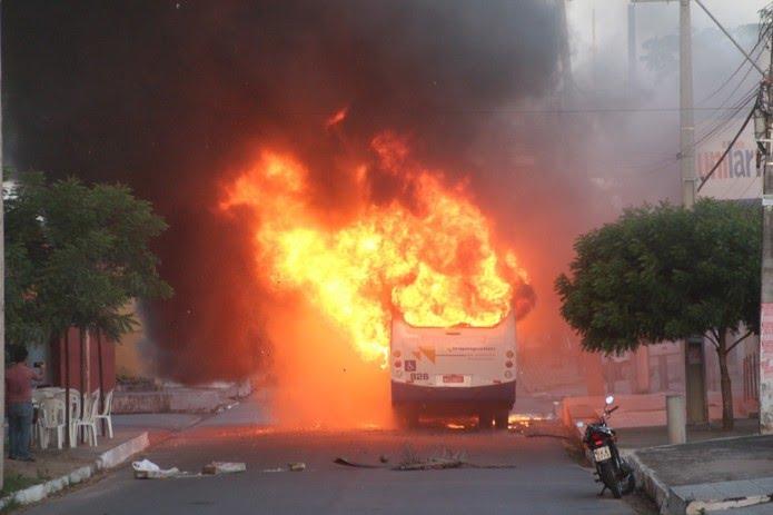 Ônibus pegou fogo quando passava pelo centro de São Gonçalo do Amarante — Foto: Ariel Dantas