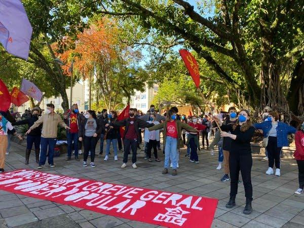 Rio Grande do Sul - Manifestantes se reuniram na praça Saldanha Marinho, no Centro de Santa Maria — Foto: Nádia Strate/RBS TV