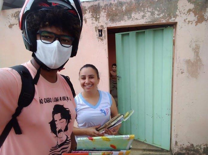 Livros são entregues nas casas dos leitores cadastrados — Foto: Clube Tamboril/ Divulgação