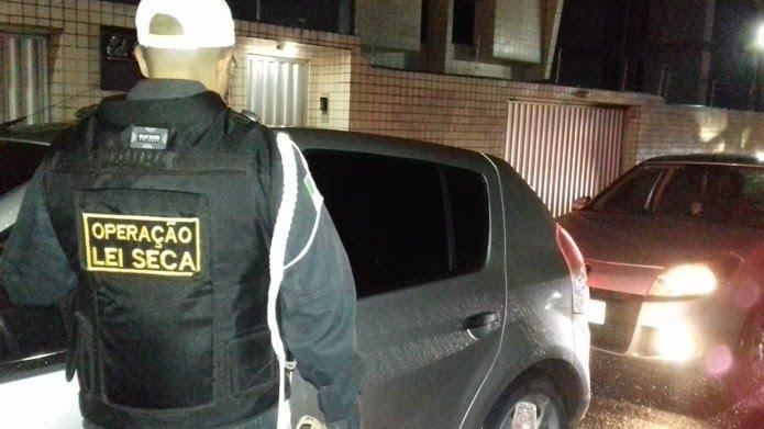 Blitz da Operação Lei Seca em Natal, na noite deste sábado (14), autuou 36 motoristas que se recusaram a fazer o teste do bafômetro — Foto: Divulgação/PMRN