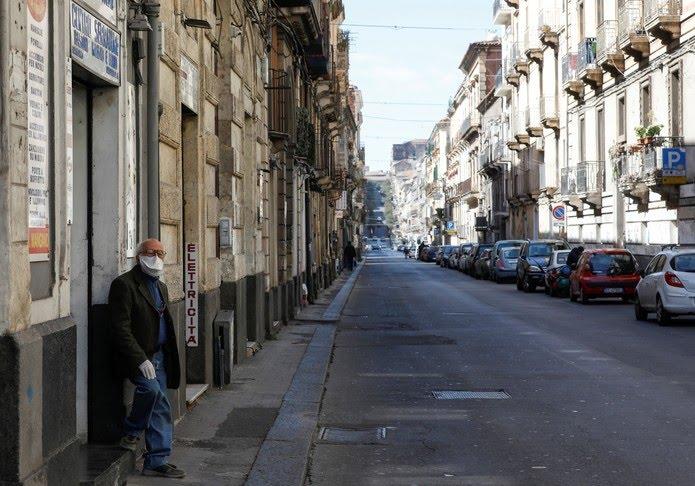 Homem com máscara é fotografado em rua vazia em Catania, na Itália, neste sábado (14) — Foto: Antonio Parrinello/ Reuters