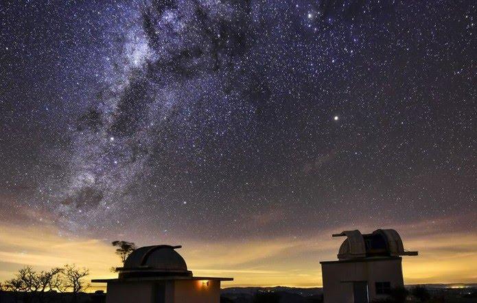 A forma como a iluminação das cidades é projetada tem dificultado a observação dos astros em Itajubá, em Minas Gerais — Foto: Cleber Gonçalves/BBC