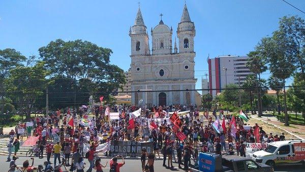 Piauí - Manifestantes pararam na escadaria da Igreja São Benedito, Centro de Teresina — Foto: Lívia Ferreira /G1