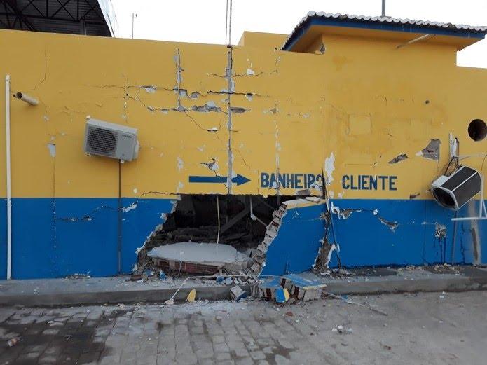 Explosão deixou destruição em prédio de posto de combustíveis em Lajes, no RN — Foto: Robson Cabugi