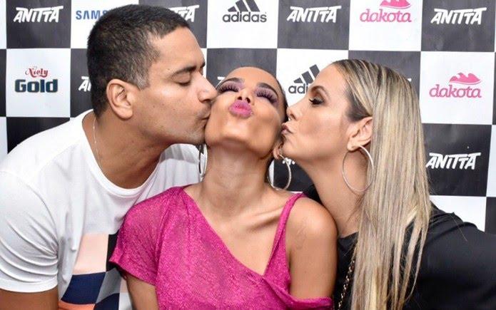Anitta ganhou beijos de Xanddy e de Carla Perez antes de subir ao palco