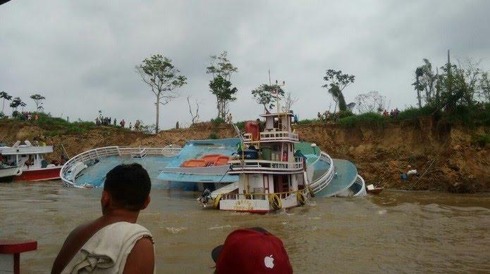 Aproximadamente 35 pessoas estavam dentro do barco. Todas foram resgatadas com vida