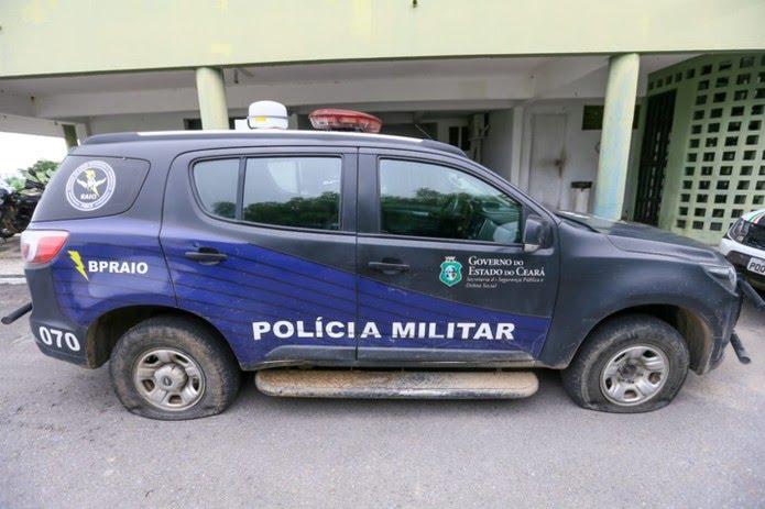 Carros da PM tiveram os pneus esvaziados por grupo encapuzado  Foto: Camila Lima/SVM