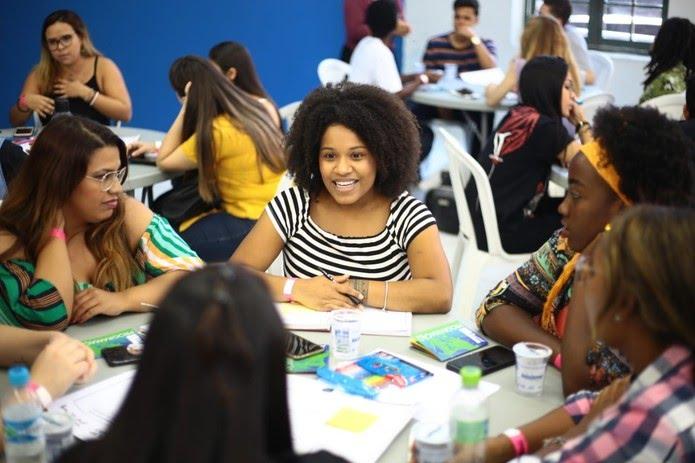 Mulheres se reúnem em oficina do Menos30 Fest — Foto: Globo / Bruno Moreira