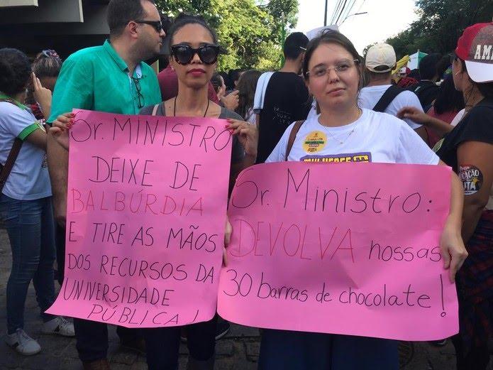 Manifestação que acontece nesta tarde em Natal — Foto: Rafael Barbosa/G1