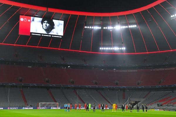 Rosto de Maradona é projetado em estádio de Munique, na Alemanha, antes de uma partida do da Liga dos Campeões da UEFA nesta quarta-feira (25) — Foto: Christof Stache/AFP