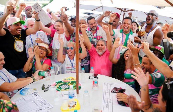 Integrantes da Mangueira comemoram nota na apuração do carnaval 2019 — Foto: Marcos Serra Lima