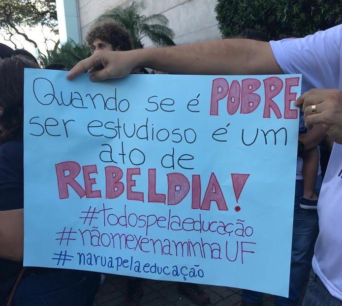 Mensagens contra o bloqueio foram expostas em cartazes nos protestos em Natal — Foto: Rafael Barbosa/G1