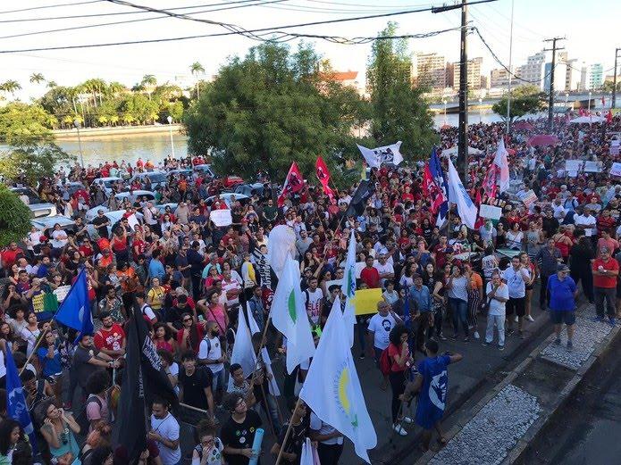 RECIFE, 16H05: Concentração do ato em frente ao Ginásio Pernambucano, na Rua da Aurora — Foto: Edilson Segundo/G1