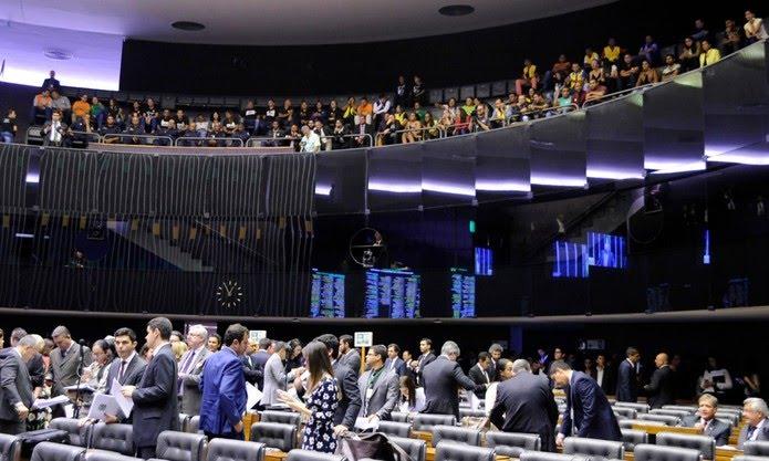 Agentes comunitários de saúde (parte de cima da foto) acompanham votação no plenário da Câmara; deputados (parte de baixo da foto) discutem o reajuste para a categoria — Foto: Maryanna Oliveira/Câmara dos Deputados