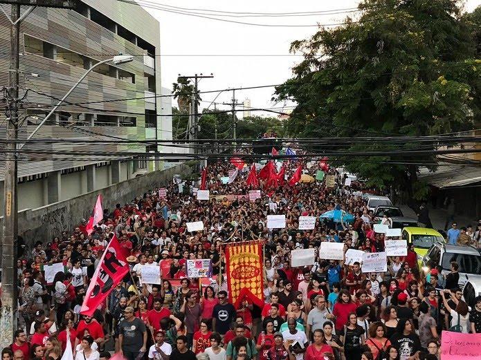 RECIFE, 17h17: Em defesa da educação, manifestantes saem em passeata pelas ruas do Centro da capital — Foto: Edilson Segundo/G1