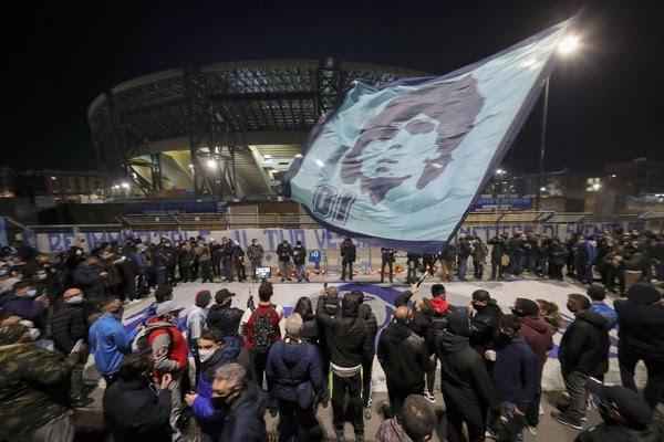 Centenas de fãs foram ao estádio San Paolo, em Nápoles, para prestar tributo a Maradona. Prefeito da cidade diz que estádio será rebatizado com nome do craque — Foto: Salvatore Laporta/AP Photo