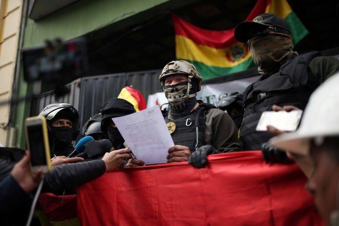 Oficial de polícia lê discurso durante protesto contra o presidente da Bolívia, Evo Morales — Foto: Luisa Gonzalez/Reuters