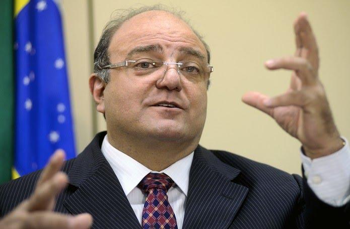O deputado federal Candido Vacarezza fala durante entrevista na Câmara dos Deputados, em Brasília, em 2011