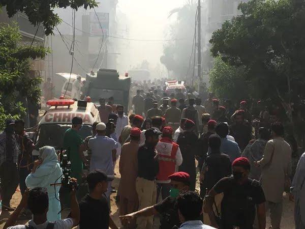 Ambulâncias e carros de bombeiros perto de local onde um avião comercial caiu com 107 pessoas a bordo em área residencial perto do aeroporto de Karachi, no Paquistão — Foto: Akhtar Soomro/Reuters