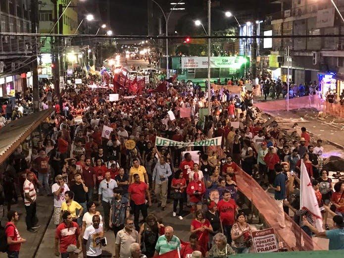 RECIFE, 18h08: Ato em defesa da educação interdita a Avenida Conde da Boa Vista, no Centro da capital — Foto: Edilson Segundo/G1