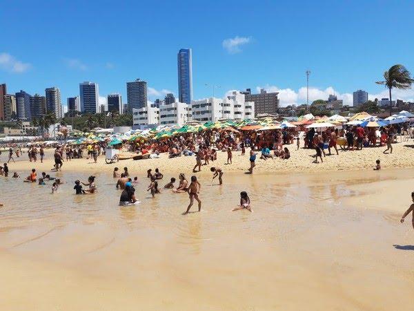 Praia do Meio em Natal, cheia de banhistas no feriado de 7 de setembro — Foto: Lucas Cortez/Inter TV Cabugi