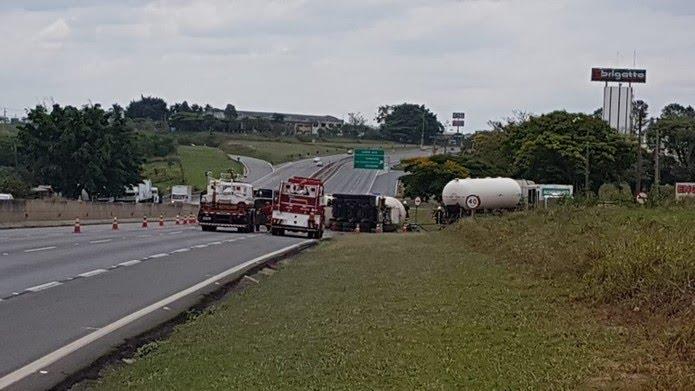 Caminhão com gás tomba e interdita trânsito na Rodovia Anhanguera em Limeira — Foto: André Natale/EPTV
