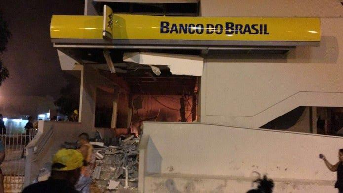 Bandidos explodiram agência do banco e depois fugiram