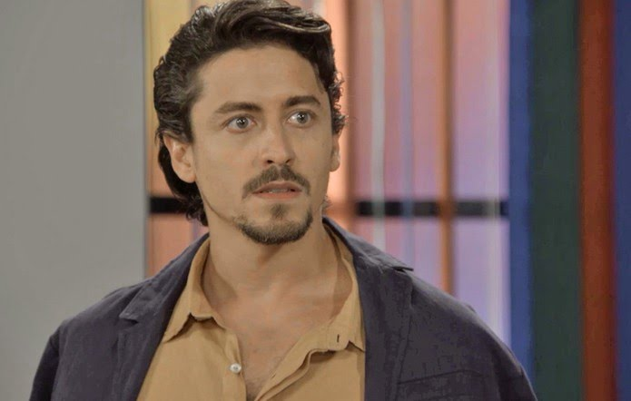 Em 'Verão 90', Jerônimo (Jesuíta Barbosa) descobre que Galdino (Gabriel Godoy) roubou todo o seu dinheiro — Foto: Globo