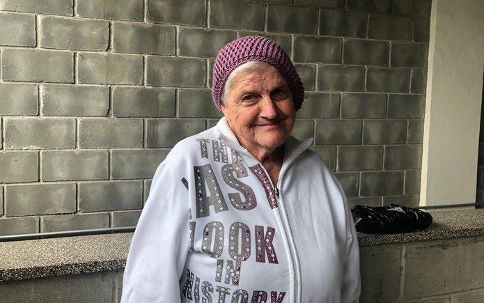 Yole Baldin, de 73 anos, mora em um dos abrigos administrados pela Prefeitura de São Paulo — Foto: Patrícia Figueiredo/G1