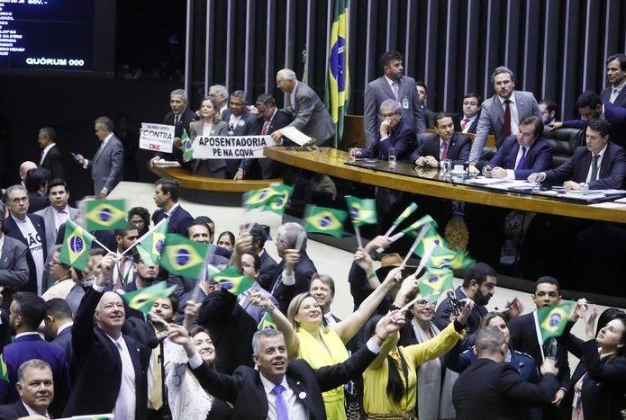 Oposição e governistas agitam faixas e bandeiras na Câmara antes da votação da reforma da Previdência — Foto: Luis Macedo/Câmara dos Deputados