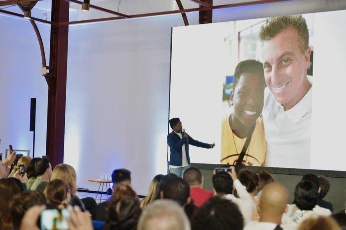 Marcio Junior contou sua história e de seu encontro com Luciano Huck no Menos30 Fest — Foto: Globo / Gustavo Scatena