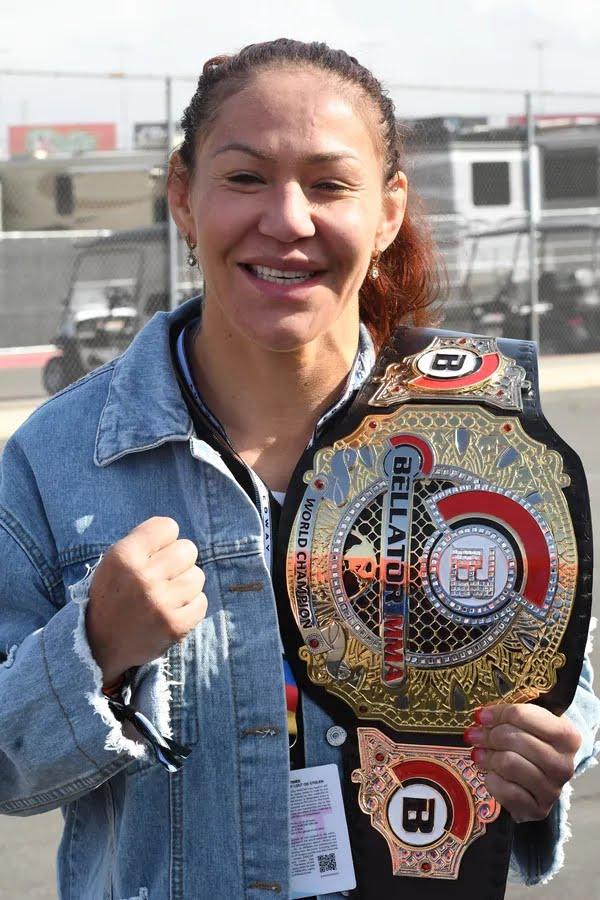 Cris Cyborg tem interesse em enfrentar Kayla Harrison no peso-leve, categoria acima da sua — Foto: Getty Images