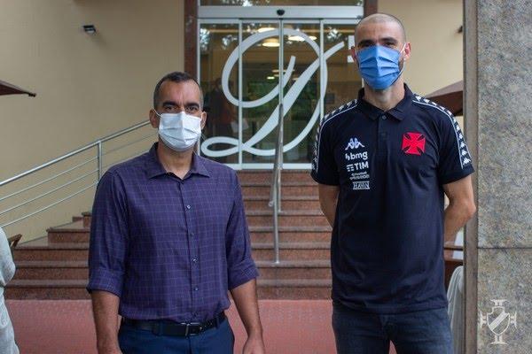 Vanderlei realiza exames e veste a camisa do Vasco  — Foto: Divulgação/Vasco.com.br