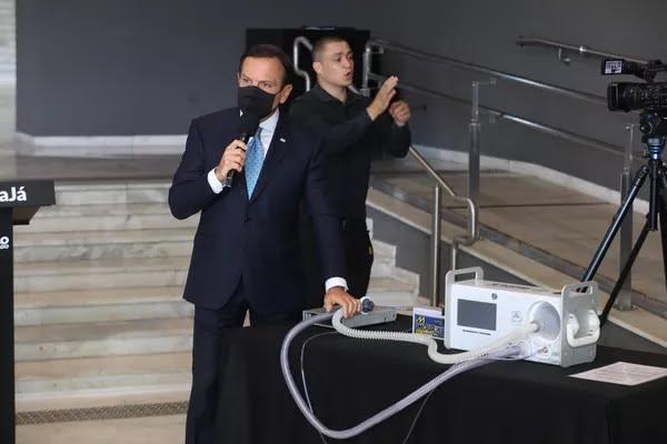 O governador João Dória apresenta respirador da USP durante coletiva de imprensa no Palácio dos Bandeirantes em São Paulo (SP), nesta sexta-feira (15), para atualização da situação da Covid-19 no estado.  — Foto: DANILO M YOSHIOKA/FUTURA PRESS/ESTADÃO CONTEÚDO