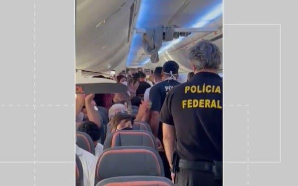 Policiais federais foram acionados e tiraram o passageiro do avião — Foto: Arquivo pessoal