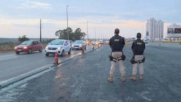 Equipe da PRF fiscaliza trecho da BR-070, em imagem de arquivo — Foto: TV Globo/Reprodução