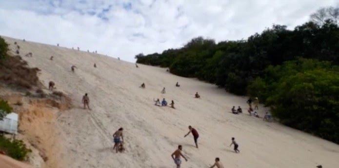 Banhistas subiram o Morro de Careca nesta quarta-feira (1º) — Foto: Reprodução