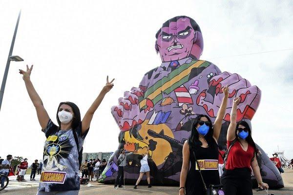 Brasília - Manifestantes protestam contra o presidente Jair Bolsonaro em Brasília, neste sábado (29) — Foto: Evaristo Sa/AFP