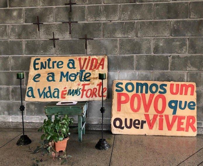 Cartazes feitos por moradores de rua na Casa de Oração do Povo da Rua, no Centro de São Paulo — Foto: Patrícia Figueiredo/G1