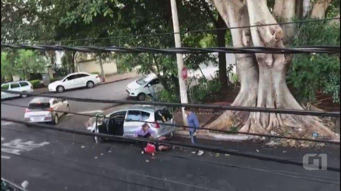 O jovem cai no chão e é amparado pela mãe enquanto o agressor continua com insultos em Ribeirão Preto, SP (Foto: Arquivo pessoal/Divulgação)