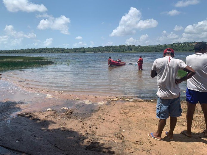 Bombeiros foram acionados para resgatar corpo que foi encontrado boiando na Lagoa de Extremoz, na Grande Natal — Foto: Mariana Rocha/Inter TV Cabugi