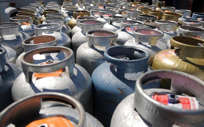 Botijões de gás enfileirados