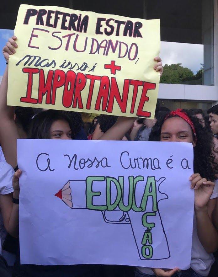 Estudantes participam de manifestação em Natal — Foto: Rafael Barbosa/G1