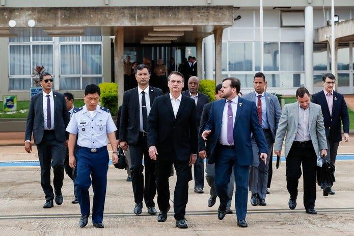 O presidente Jair Bolsonaro durante embarque para Washington, na Base Aérea de Brasília, na manhã deste domingo (17) — Foto: Alan Santos/Presidência da República