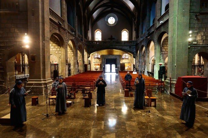 Freiras cantam em uma igreja quase vazia em Barcelona, na Espanha, no domingo (29)   Foto: Pau Barrena / AFP