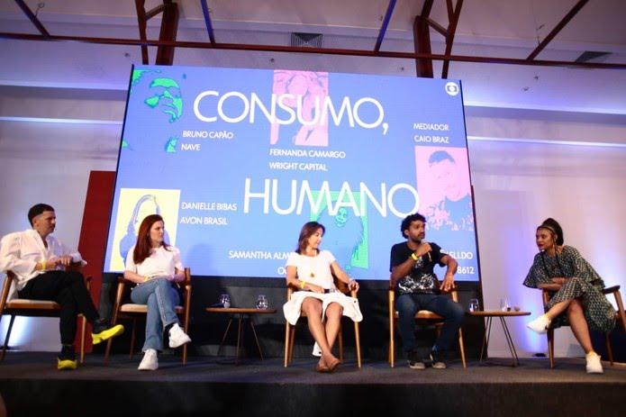 Caio Braz em mesa com Danielle Bibas, Fernanda Camargo, Bruno Capão e Samantha Almeida — Foto: Globo / Bruno Moreira